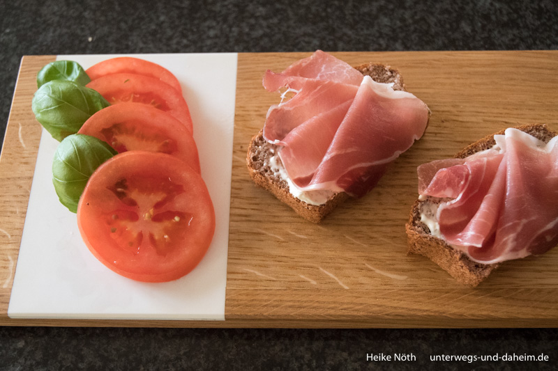 Low Carb Brot Rezept, präsentiert auf Holz Butiq Schneidebrett